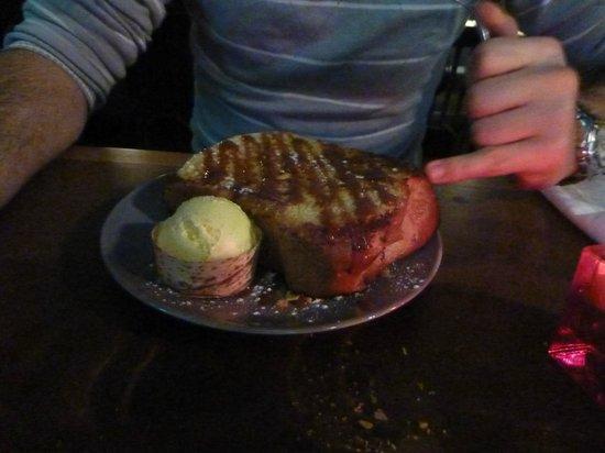 le bistrot bancal : Un des dessert conseillé par la serveuse pour son succès et la quantité ;) Pain perdu caramel ..