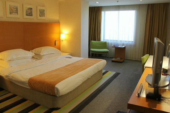 Radisson Blu Conference & Airport Hotel: huge bed and nice seating area