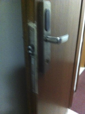 Hotel Zollhof: Insecure Door looks as though it has been broken into many times : insecure door - Pezcame.Com