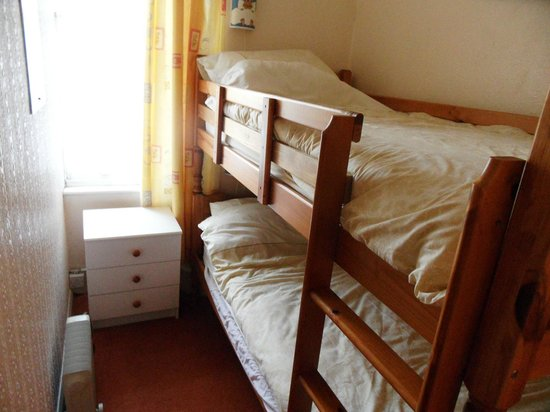 Appletorre House Holiday Apartments: Flat 7 separate bedroom with bunk bed ( good size )