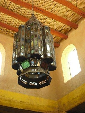Auberge Merzane: Herrlicher Leuchter im Speisesaal