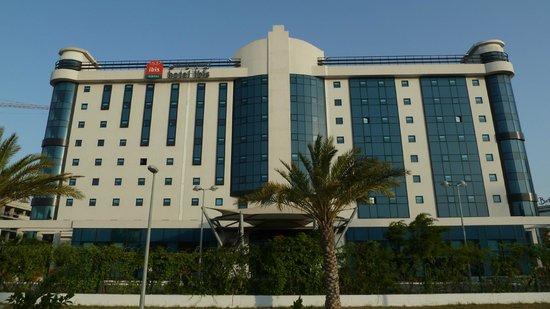 Bab Ezzouar, Algeriet: L'hotel visto dalla strada.