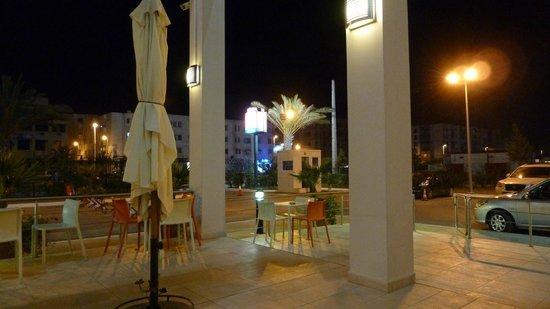 فندق إيبيس ألجير إيروبورت: Vista notturna dali tavolini esterni.