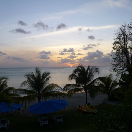 Calabash Cove Resort and Spa: Sunset from the Terrace