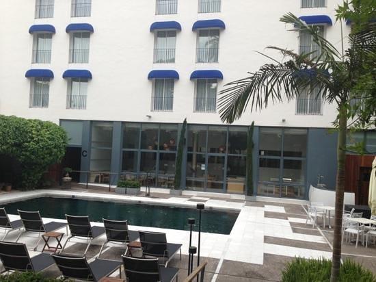 Hotel Medium Sitges Park: vue de la piscine et salle petit dej au fond