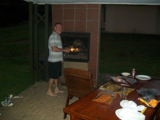 Hlalanathi Drakensberg Resort: Using braai on patio