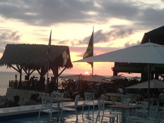 Jamisland Day Tours : Viewing the sunset from the pool at Ricks Cafe