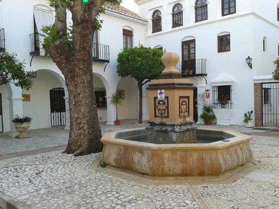 Restaurante Pueblo Lopez : Fontein in het midden van de binnenplaats (courtyard)
