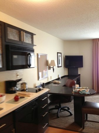 Candlewood Suites Chicago Libertyville : Kitchen & Work Area in our Studio Suites