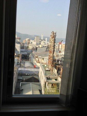 Nishitetsu Inn Kochi Harimayabashi: 窓から古い商店街が見えました