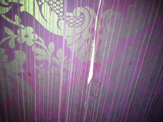 Water Street Inn: Damaged Wallpaper