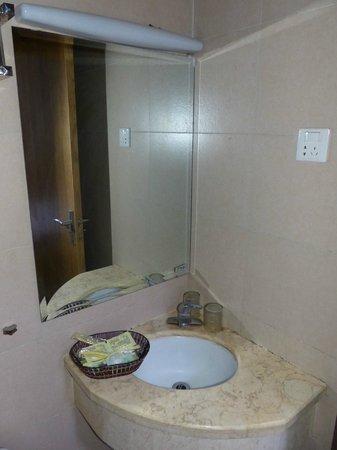 Jitai Hotel Shanghai Pudong Airport: Bathroom Mirror