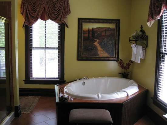 Biltmore Village Inn: Vanderbilt huge jetted tub