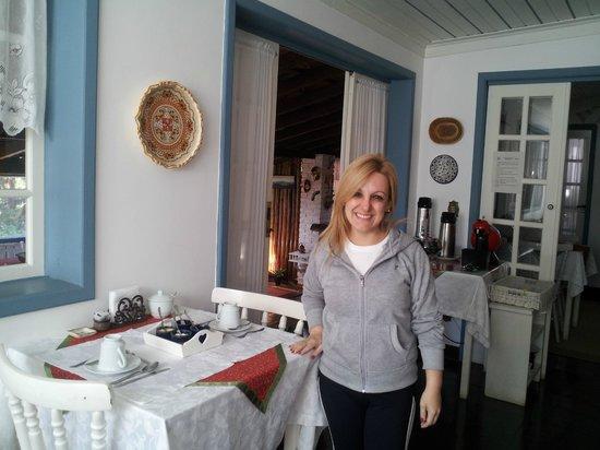 Pouso Caminho das Artes: Minha namorada junto à nossa mesa do café da manhã!