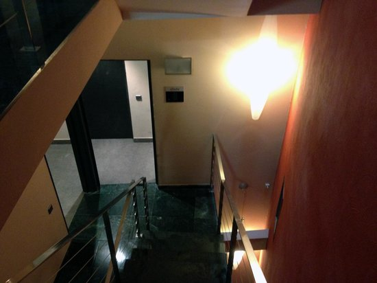 Allada Apartments: staircase