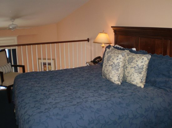 Inn On The Twenty: King size bed overlooking lower seating area