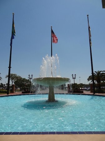 The Florida Hotel and Conference Center: Fountain in front of Hotel