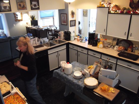 Lake Valley Legends Bed and Breakfast: Early Moring in the Kitchen