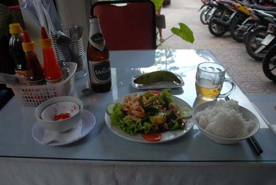 Cafe des Amis: Fried Squid and a cold beer