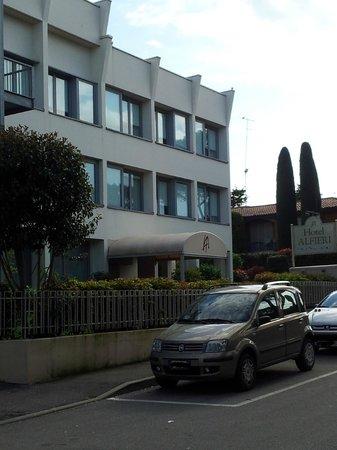 Hotel Alfieri: Esterno camera