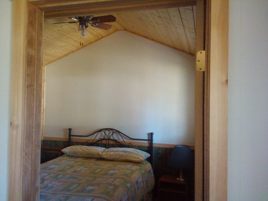 The Maples Waterfront Resort and Heritage B&B: Cabin 5 with a queen bed
