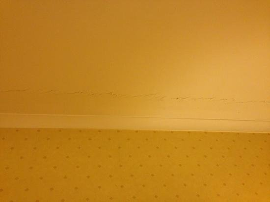 Westone Manor Hotel: cracked ceiling above the bed