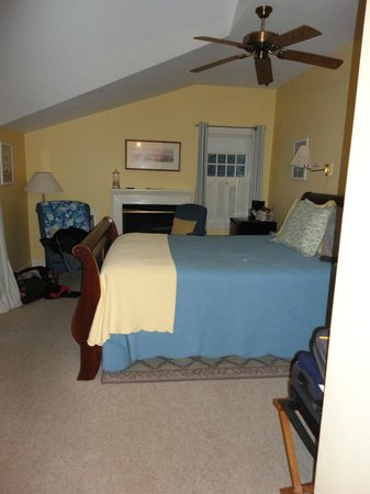 Carriage House Inn: Room