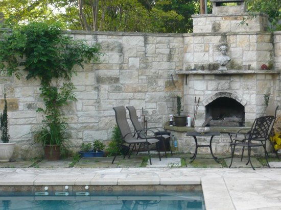 Strickland Arms Bed and Breakfast: Fireplace by Day