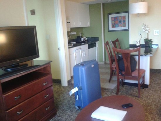 Hampton Inn & Suites Ft. Lauderdale Airport/South Cruise Port : kitchen\living room