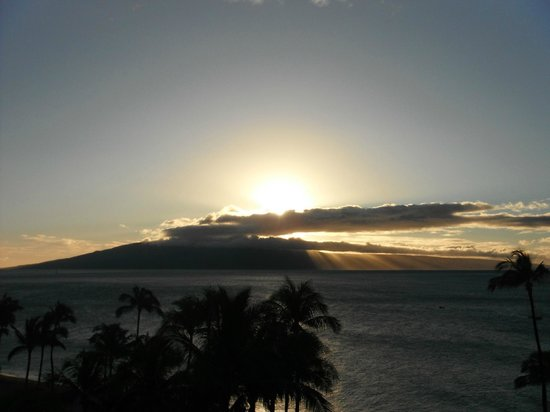 The Westin Maui Resort & Spa: Sunset view from balcony of the other island afar