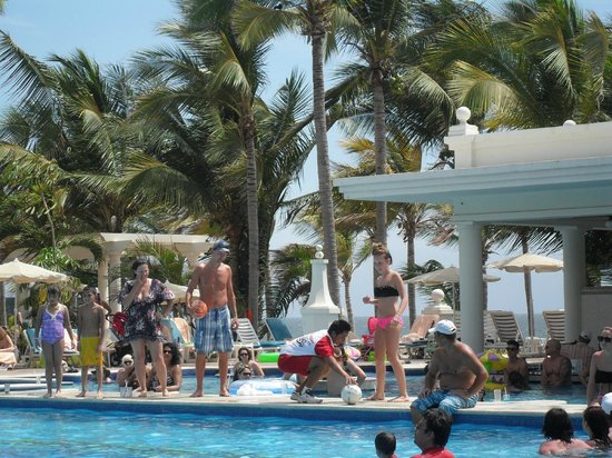 Hotel Riu Palace Pacifico: activities at pool