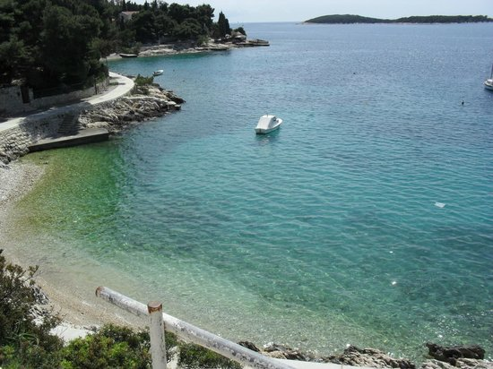 Apartmani Viskovic Marinka : The pebble beach at the bottom of the stairs