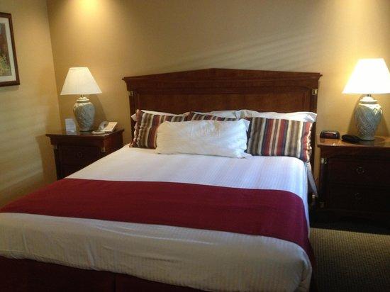 Portofino Hotel: Cozy Bed