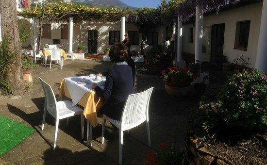 Casa Vacanze Vittoria: prima colazione in giardino