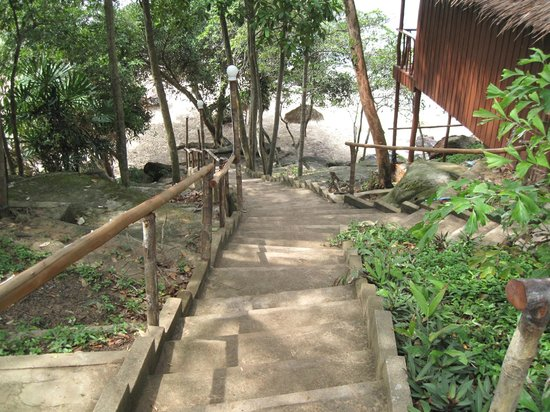Queen Hill Resort: private stairs to the beach