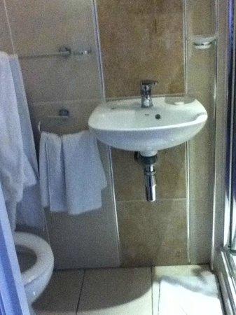 The Balmoral House Hotel: Tiny bathroom