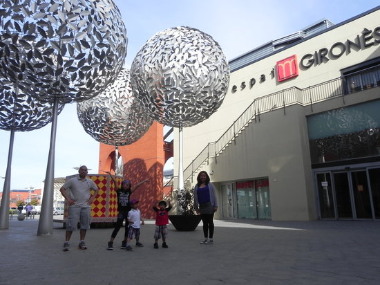 B&B Hotel Girona 3: The mall beside the hotel