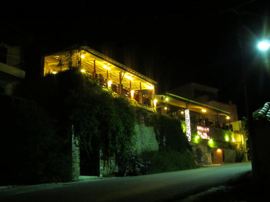Plomari, Греция: Sunset Taverna by night.