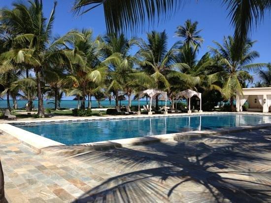 Baraza Resort & Spa: poolside overlooking the beautiful turquoise ocean