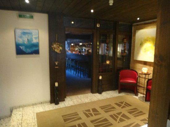 Hotel Walser: Reception area and bar.