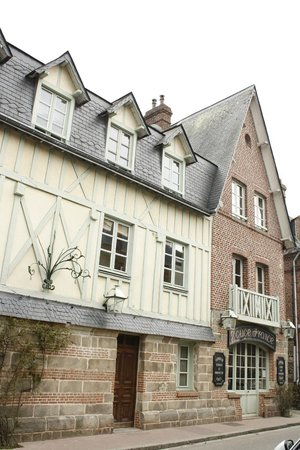 Relais Hotelier Douce France: Vu sur la Chambre Anna de Noailles