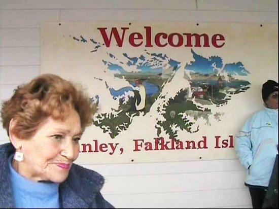 Isole Falkland: Dentro la struttura che riceve i turisti ci offre l'occasione per una foto ricordo