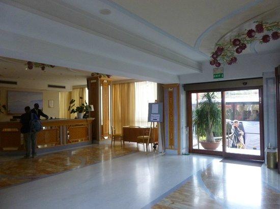 Grand Hotel Flora: RECEPCION