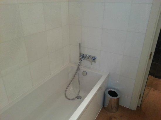 Hotel DO: A  real bathtub