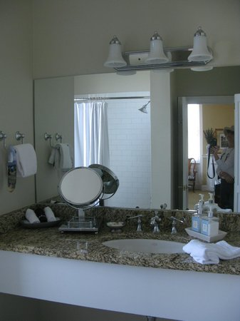Presidents' Quarters Inn: Room 303 Bathroom