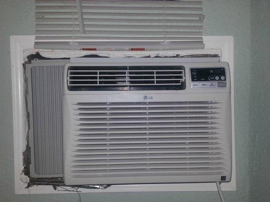 Motel Blu: The air conditioner had gaps around it