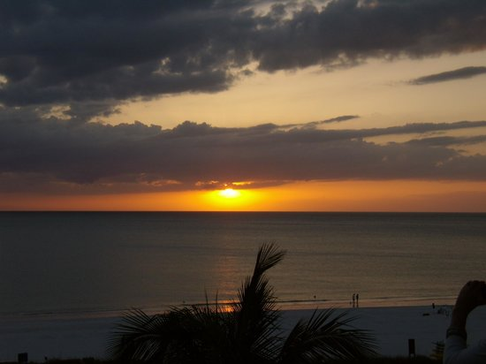 Hilton Marco Island Beach Resort: Sunset from our Room on the 5th Floor.