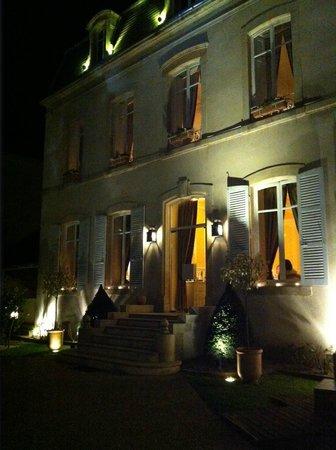 Le Clos du Cèdre : The facade of the house.