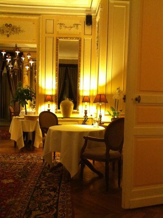 Le Clos du Cèdre : One of the elegant dinning rooms.