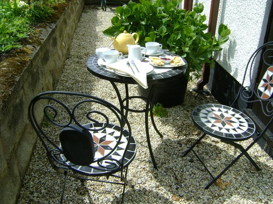 Carmel, UK: Enjoy a cup of tea in the garden